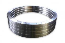旋回輪<br>ショベルカーの旋回ベアリングに使用されるリング素材。リングローリング成形後、熱処理して機械加工仕上げを行います。